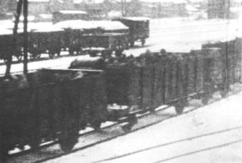 Prisoners being transported in open freight cars, winter 1945 © Fritz Bauer Institute (APMO Collection / Auschwitz-Birkenau State Museum) Prisoners being transported in open freight cars, winter 1945 © Fritz Bauer Institute (APMO Collection / Auschwitz-Birkenau State Museum)